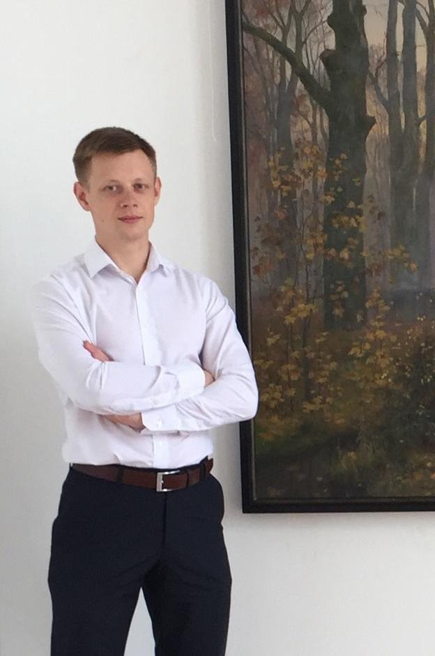 Профессиональный художник союза Чатневцев у картины с маслом на холсте художников Арт-студии Ирины Брежневой